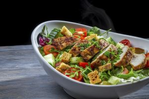 Healthy salad made ​​with vegetables and chicken